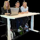 JFK Cube zit sta bureau met Deskbike bureaufiets!_